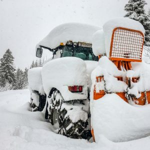 JCB Fastrac mit Seilwinde Holzknecht im Winter