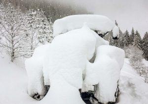 JCB Fastrac unter einer dicken Schneedecke im Winter